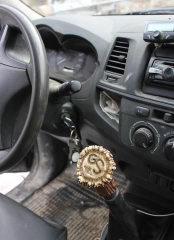 Der Schaltknüppel in Schaffers Wagen ist mit einer Jagdtrophäe verziert. (Foto Karsten-Thilo Raab)