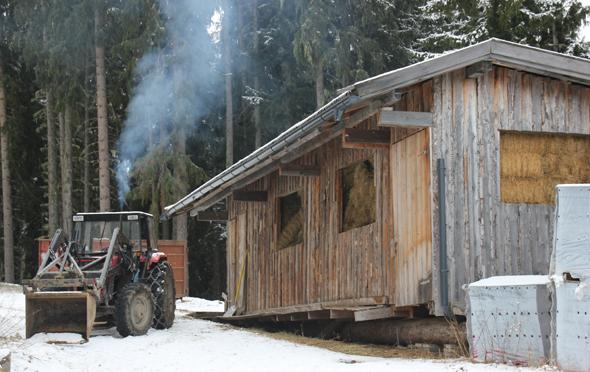 In eigens errichteten Holzhütten wird das Futter für die Wildtierfütterung eingelagert. (Foto Karsten-Thilo Raab)