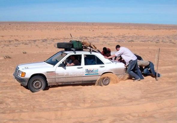 Wer sein Auto liebt, der schiebt auch schon mal im Wüstensand, wenn es nicht mehr vorwärts gehen will.