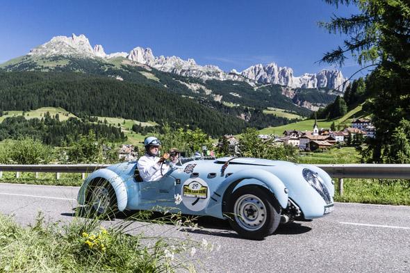 """Die Dolomitenrunde über zahlreiche Pässe ist alljährliches Highlight der Oldtimer-Rallye """"Südtirol Classic Schenna"""". (Foto: Klaus Peterlin)"""