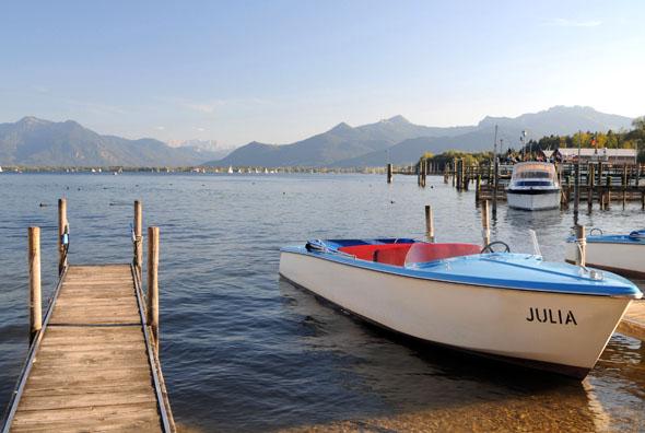"""Urlaub am """"Bayerischen Meer"""": In der Gesundheitsregion Chiemsee-Alpenland können sich Körper, Geist und Seele erholen. (Foto: djd)"""