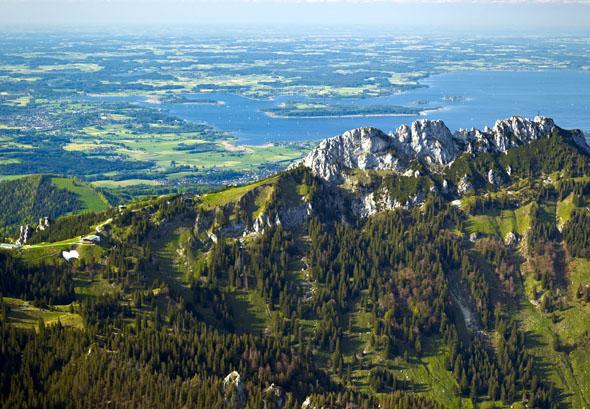 30 Seen und 50 Gipfel - die Region Chiemsee-Alpenland fasziniert durch weite Ausblicke und Erholung am Wasser.(Foto: djd)