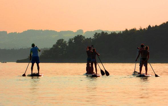 Auch das ist day Bayerische Meer: Entspannen auf dem Stand-Up-Paddling-Board. (Foto djd)