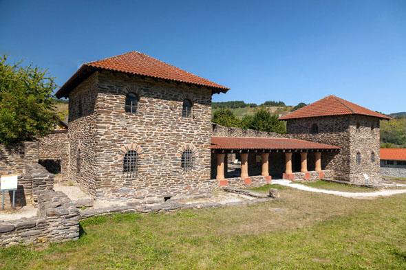 Entlang derRömischen Weinstraße finden sich zahlreiche historische Sehenswürdigkeiten, etwa die rekonstruierte römische Villa Rustica in Mehring. (Foto: djd)