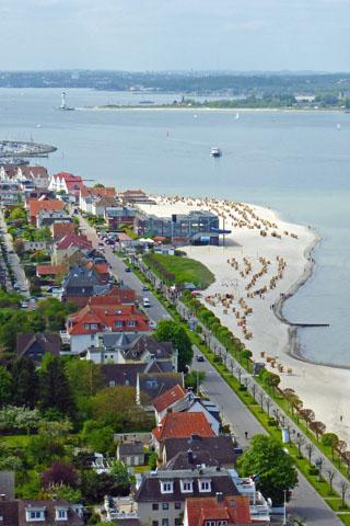 Die Hauptstadt Schleswig-Holsteins stets im Blick: Von Laboe aus ist Kiel direkt per Linienboot erreichbar. (Foto: djd)
