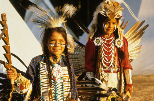 In voller Montur zeigen Kinder im Wind River Indian Reservat ihre traditionellen Tänze. (Foto ND Department of Commerce)