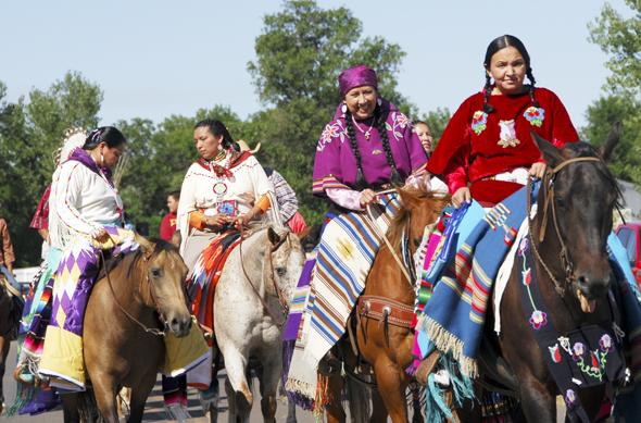 Beim Crow Fair in Montana können die Indianer hoch zu Ross bestaunt werden. (Foto Donnie Sexton)