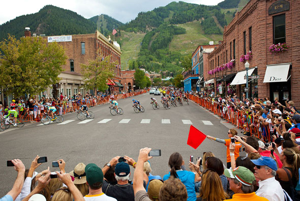 Großes Spektakel: Die USA Pro Challenge in Downtown Aspen (Foto USA Pro Challenge)