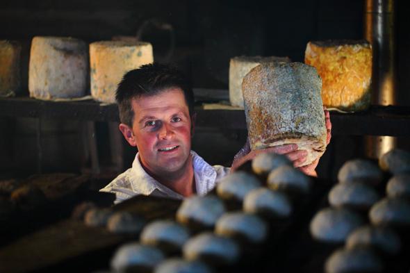 Zu den vielen regionalen Köstlichkeiten gehören die schmackhaften Käse wie hier auf der Karseggalm.