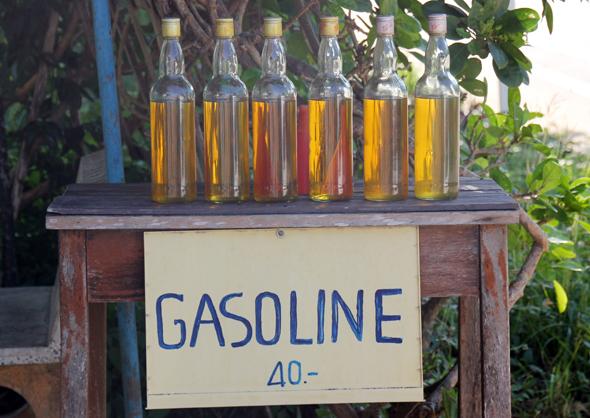 """Eine """"Freie Tankstelle"""" auf Koh Samui - hier wird das Benzin flaschenweise feilgeboten. (Foto Karsten-Thilo Raab)"""