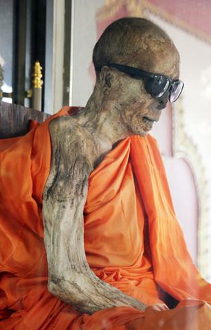 Ungewöhnlicher Blickfang: der mumifizierte Mönch im Wat Khunaram Tempel. (Foto Karsten-Thilo Raab)