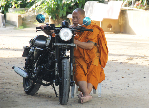Selbst die Mönche - wie hier am Wat Khunaram Tempel - sind auf Koh Samui motorisiert. (Foto Karsten-Thilo Raab)