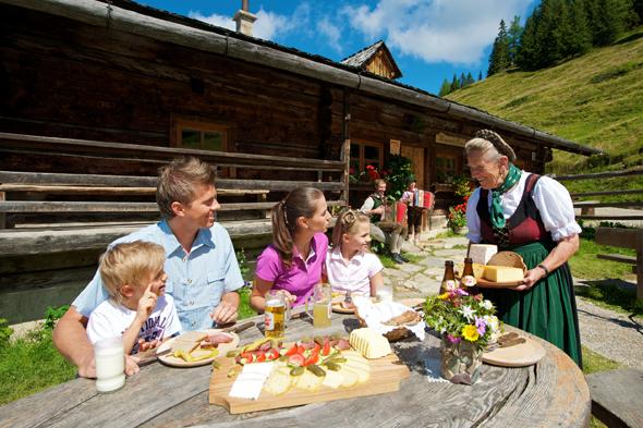 Auf den 40 Almen in Großarltal - wie hier an der Maurachalm - kommen regionale Köstlichkeiten auf den Tisch.