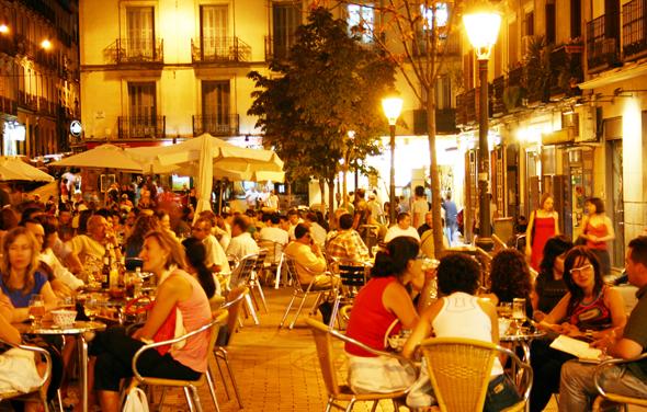 Abendstimmung an einem der vielen belebten Plätze von Madrid, der Plaza de Chueca-. (Foto Karsten-Thilo Raab)