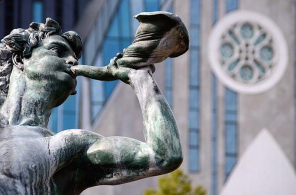 Netter Blickfang: eine Statue am Leipziger Augustusplatz.