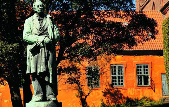 Statue in Odense von Hans Christian Andersen. Mit einer Geburtstagsfeier soll dem Dichter gedacht werden. (Foto Visit Denmark)