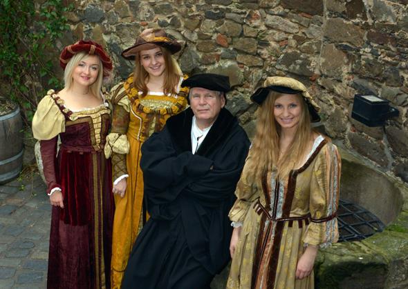 Martin Luther (alias Norbert Hein) in Begleitung von drei Damen in der typischen Kleidung der Reformationszeit im Innenhof der Moritzbastei. (Foto obs/Foto Bernd Görne)