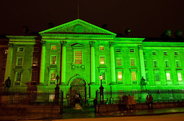 Am St. Patrick's Day in Grün getaucht: das Trinity College in Dublin.