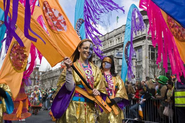 Eine große Parade wird jährlich zu Ehren des Nationalheiligen in Dublin abgehalten.