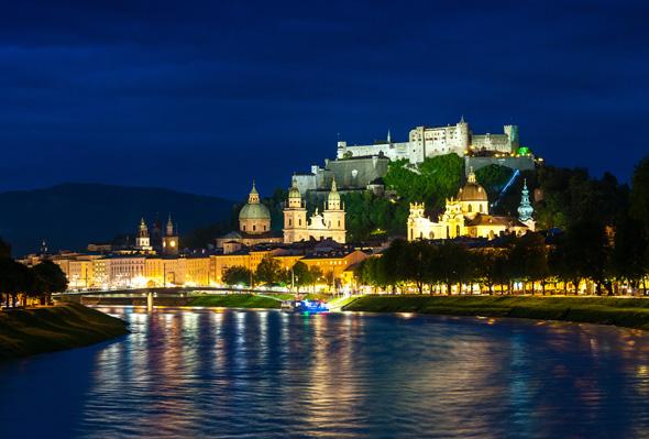 Blick vom Münersteg auf die Salzburger Altstadt und auf die Festung Hohensalzburg.