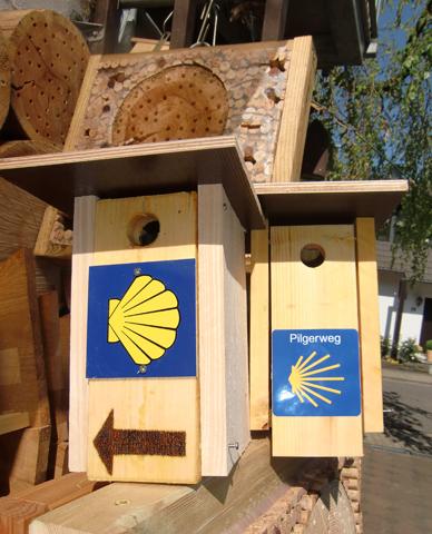 Spannende Kombination: Vogelhäuschen des NABU dienen als Wegweiser. (Foto Karl-Heinz Jung)