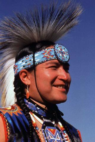 Mit Stolz legen einige Indianer noch heute ihren traditionellen Schmuck an. (Fotos Arizona Office of Tourism)