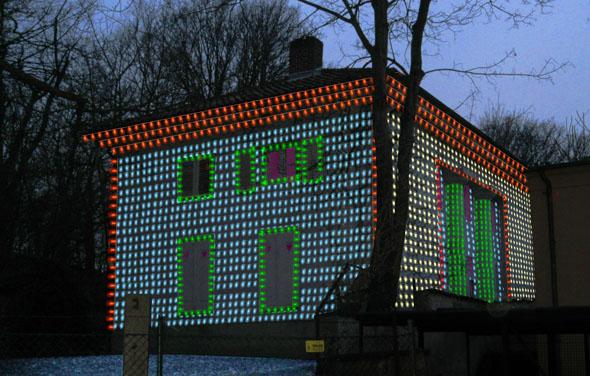 """""""The Lights are On, But No One´s Home"""" von Kai Schmidt: Die leer stehende Villa Krahe erstrahlt mitten im Sommer in weihnachtlicher Beleuchtung. (Foto: Kevin Schmidt)"""