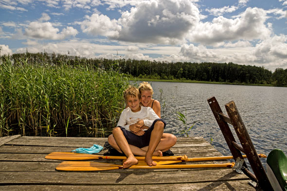 Familienprogramm: Anlegen, wo es einem gefällt, im klaren Wasser baden oder einfach die Sonne am Steg genießen. (Foto: djd)