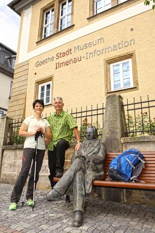 Auf Schritt und Tritt begegnen Wanderer in und um Ilmenau Goethe. (Foto: djd)