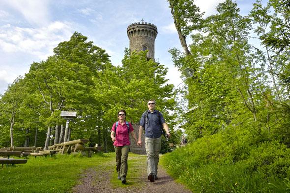 Der Kickelhahnturm in der Nähe des Goethehäuschens lohnt auch den Aufstieg, um die Aussicht über den Thüringer Wald zu genießen. (Foto: djd)