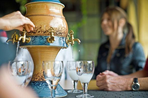Die Kräuter-Spirituose Absinth ist kulturelles Erbe der Westschweiz. (Foto: Guillaume Perret)