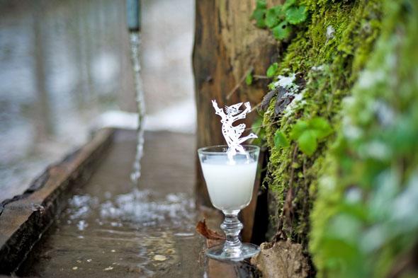 Am Brunnen in der Pouetta-Raisse-Schlucht steht für jeden Wanderer ein Schluck Absinth bereit, der traditionell mit Brunnenwasser gemischt wird. (Foto: Guillaume Perret)