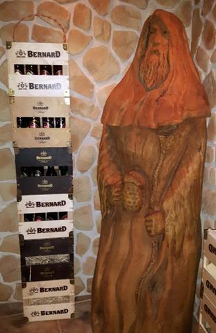Gestapelte Bierkästen und ein geschnitzter Mönch gehören zur Deko im Bierbad. (Foto Karsten-Thilo Raab)