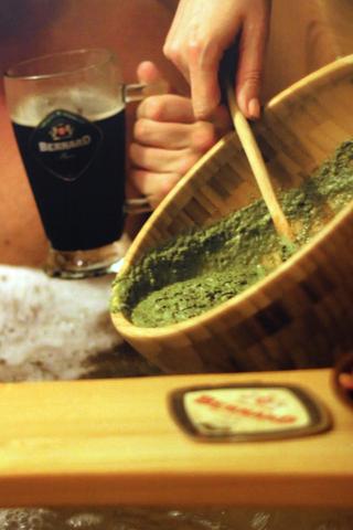 Die hopfigen Zutaten für das Bier-Spa werden ins Wasser gegeben.