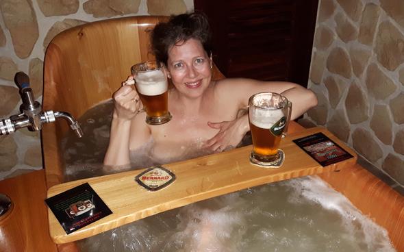 Ungewöhnliche Kombination: baden und Biergenuss im Prager Beer-Spa. (Foto Karsten-Thilo Raab)