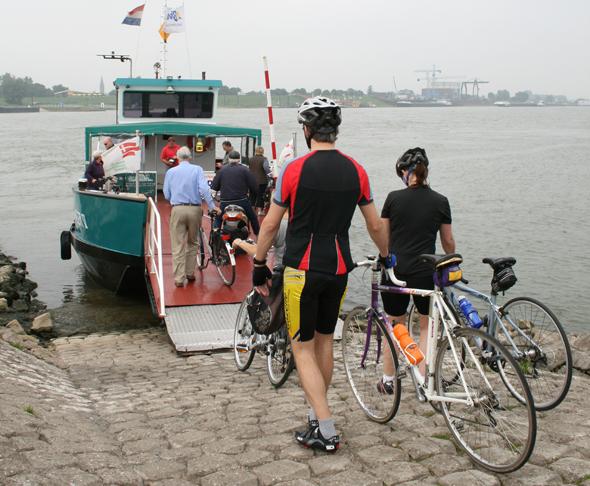 Immer wieder müssen Radfahrer in den Niederlanden - wie hier bei Millingen - auch Wasserwege überqueren. (Foto Karsten-Thilo Raab)
