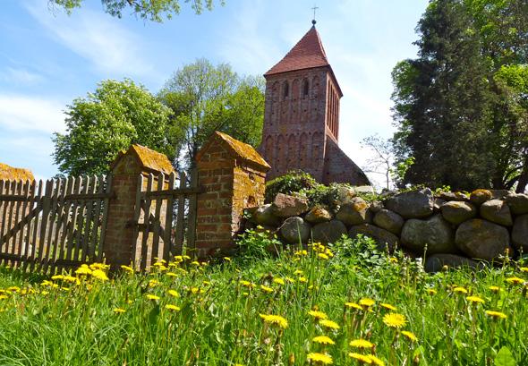 Dieschönsten Seiten von Mecklenburg-Vorpommern - wie hier die Feldsteinkirche in Kirchkogel - erschließt der Naturparkweg. (Foto Martin Simon)
