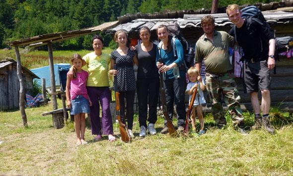 Die Bergbewohner sind überaus aufgeschlossen Fremden gegenüber: Gruppenbild mit Kind und Flinte. (Foto Jan Dohren)