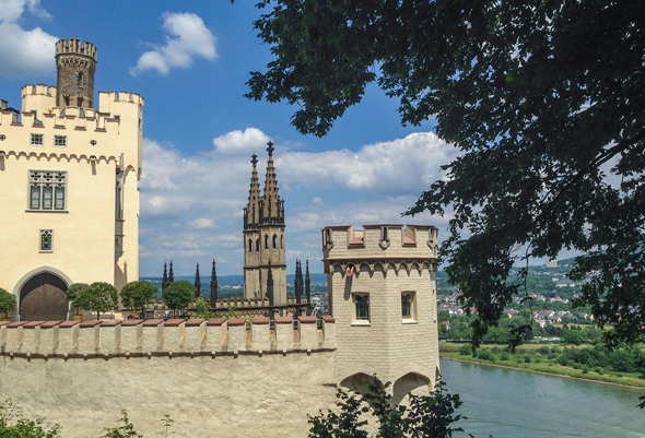 Stolzenmfels mit der imposanten Burg ist Ausgangspunkt des Mosel Camino.