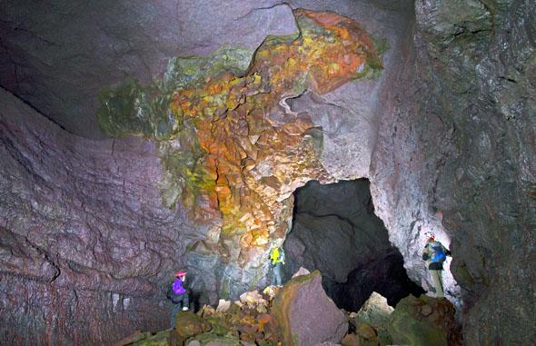 Bunt schillerndes Gestein findet sich in der Höhle Vidgelmir.