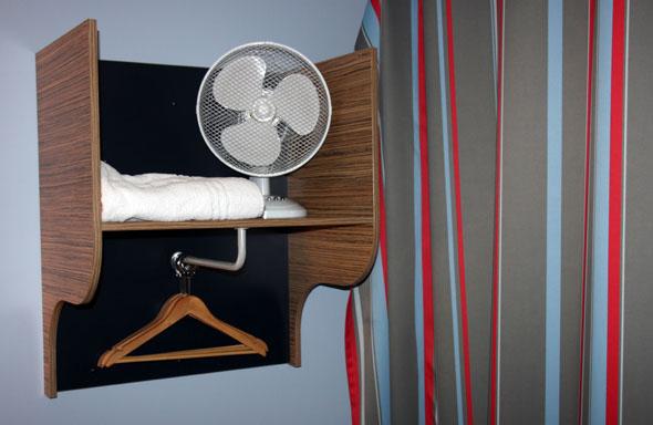 """Die Minigarderobe und die """"portable"""" Klimatechnik des Zimmers. (Foto Karsten-Thilo Raab)"""