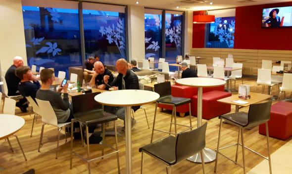 Der kombinierte Bar- und Restaurantbereich des Travelodge Excel. (Foto Karsten-Thilo Raab)