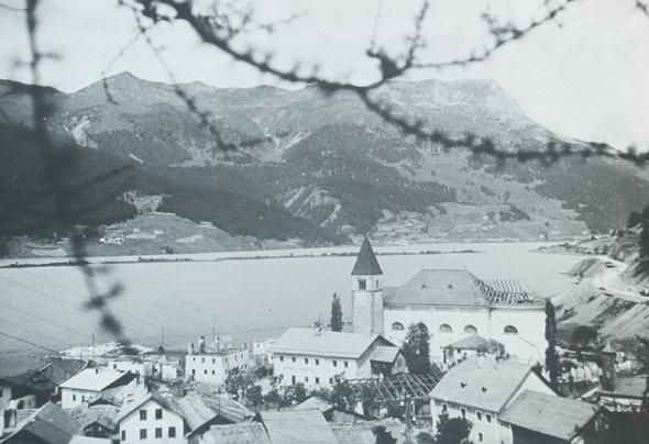 Am Turm im Reschensee finden Vinschgau-Urlauber ein Miniaturmodell, in dem das Dorf Alt-Graun nachgestellt ist. Bildnachweis: Ferienregion Reschenpass/Pfarrer Rieper