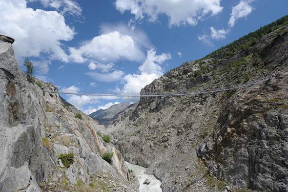 Von der 124 m langen Hängebrücke Belalp-Riederalp haben Wanderer den besten Blick auf das Gletschertor.