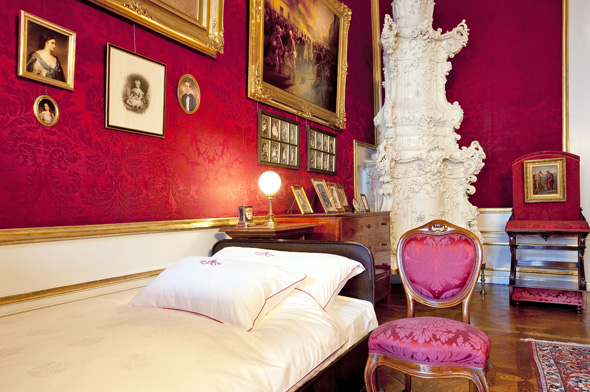 Blick in das einstige Schlafzimmer von Kaiser Franz Joseph. (Foto L. Lammerhuber)