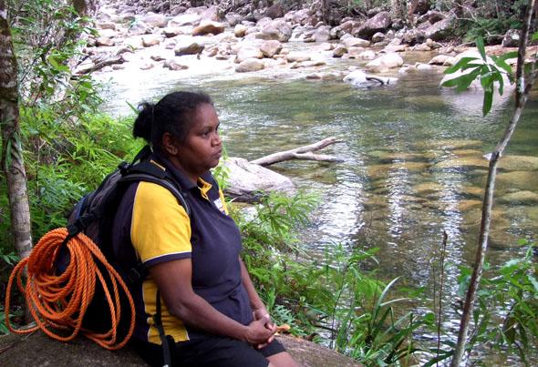 """Am Fluss ihrer Ahnen verliert sich die Aboriginal in ihrer """"Traumzeit"""". (Foto Katharina Büttel)"""