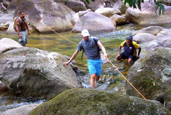 Auch das ist Queensland: Abenteuerliche Wildwasser-Überquerung. (Foto Katharina Büttel)