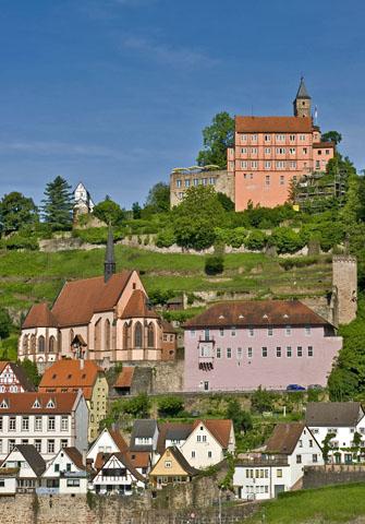"""Hirschhorn mit seiner mächtigen Burganlage wird auch """"Die Perle des Neckartals"""" genannt. (Foto: djd)"""