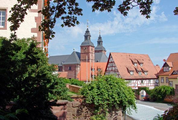 Im Herzen des Madonnenländchens liegt der bekannte Wallfahrtsort Walldürn. (Foto: djd)