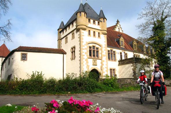 Entlang des Kocher-Jagst-Radwegs laden Burgen und Schlösser zu einer Besichtigung ein - etwa die Götzenburg in Jagsthausen. (Foto: Klaus Herzmann)